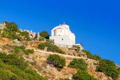 Petite église blanche sur la côte de Crète Image libre de droits