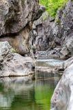 Petite gorge de rivière, canyon de montagne, Bulgarie images stock