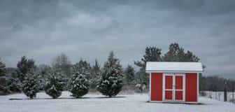 Petite grange rouge un jour d'hiver Photographie stock libre de droits