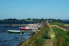 Petite hameau de pêche avec des bateaux image libre de droits