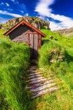 Petite hutte de montagne sur la colline herbeuse, Islande Image stock
