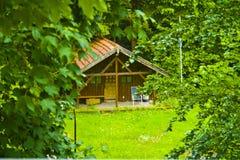 Petite hutte en bois idyllique dans les bois de la Bavière, Allemagne image libre de droits