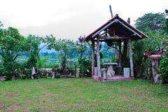 Petite hutte et jardin floral Images libres de droits