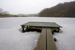 Petite jetée sur un lac figé Image libre de droits