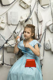 Petite jolie fille avec des téléphones Images libres de droits