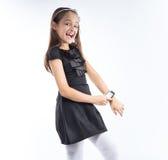Petite jolie fille avec la montre intelligente en main Veille de la toussaint Photographie stock libre de droits