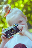 Petite jolie fille avec le rétro appareil-photo Photographie stock