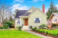 Petite maison américaine avec la pelouse soignée et aménager desing en parc Image libre de droits