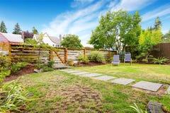 Petite maison américaine extérieure avec la cour verte photos stock