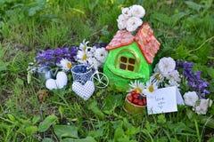 Petite maison avec amour de note vous, baies d'été et fleurs Photographie stock libre de droits