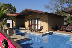 Petite maison avec la piscine Photo stock