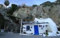 Petite maison blanche gentille à la plage images libres de droits