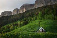 Petite maison dans l'abri de forêt pour des chasseurs et des touristes photo libre de droits