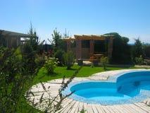 Petite maison de jardin de piscine et d'été photographie stock