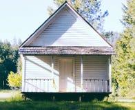 Petite maison en bois construite dans une belle forêt photos libres de droits