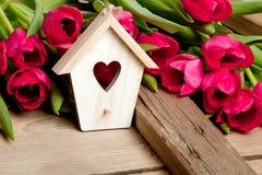 Petite maison en bois d'oiseau avec la décoration de coeur sur le fond en bois d'etro, Photo libre de droits