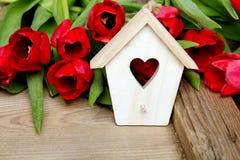 Petite maison en bois d'oiseau avec la décoration de coeur sur le rétro fond en bois, Photo libre de droits