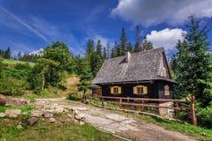 Petite maison en bois dans les montagnes photos stock