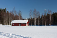 Petite maison en bois en hiver. Image libre de droits