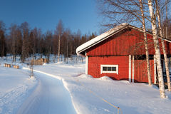 Petite maison en bois en hiver. Photo libre de droits