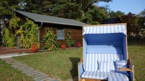 Petite maison faite de bois avec un panier de plage dans l'avant image libre de droits