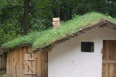Petite maison minuscule avec le toit d'herbe au complexe de Musée National images stock