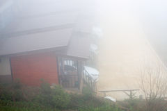 Petite maison par temps brumeux Photographie stock libre de droits