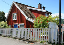 Petite maison rouge images stock