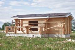 Petite maison suburbaine en construction Image stock