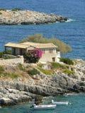 Petite maison sur la roche de mer Photos libres de droits