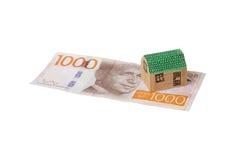 Petite maison sur le billet de banque Photos stock