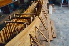 Petite maquette de navires à l'atelier dans le travail Image libre de droits