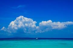 Petite mer en cristal de bateau en clair Photographie stock libre de droits