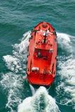 Petite navigation de bateau pilote avec des vagues Photo libre de droits