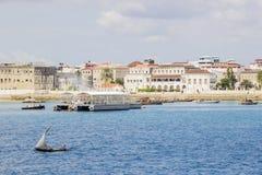 Petite navigation de navire le long de la côte de Zanzibar photo libre de droits
