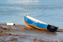 Petite péniche bleue de pêche sur le sable Photographie stock libre de droits