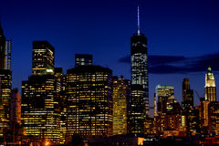 Petite partie de l'horizon de Manhattan inférieure la nuit Image stock