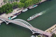 Petite passerelle au-dessus de Seine Photo libre de droits