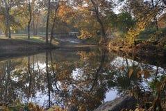 Petite passerelle sur la crique d'automne images stock