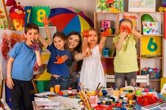Petite peinture de doigt de fille d'étudiants dans la classe d'école d'art image libre de droits