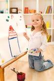 Petite peinture de fille d'artiste sa maison rêveuse Photo libre de droits