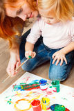 Petite peinture rousse mignonne de fille. Photographie stock libre de droits