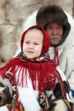 Petite petite-fille et son grand-père dans le ressortissant de Nenets Photographie stock libre de droits