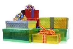 Petite pile des boîte-cadeau ou des présents de Noël d'isolement sur le fond blanc Photo stock