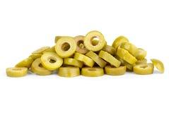 Petite pile des olives vertes coupées en tranches photos stock
