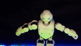 Petite piste de danse de mouvement de corps biotique intéressant de jouet avec le rayon multicolore 4K banque de vidéos