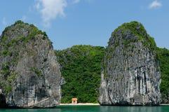 Petite plage sablonneuse dans la baie de Halong au Vietnam image libre de droits