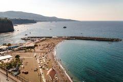 Petite plage sous les falaises grandes sur la c?te de Sorrente, Italie, conception de l'avant-projet de voyage, l'espace pour le  image libre de droits