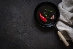 Petite poêle dosée sur une table en pierre noire Fond à cuire foncé image stock