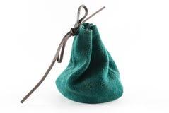 Petite poche verte en cuir sur le fond d'isolement. Image libre de droits